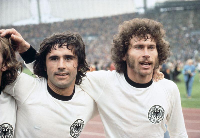 Gerd Müller (l) and Paul Breitner (R) celebrate after West Germany