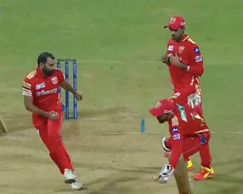 Mohammed Shami, KL Rahul and Deepak Hooda converge near the wickets to take a catch