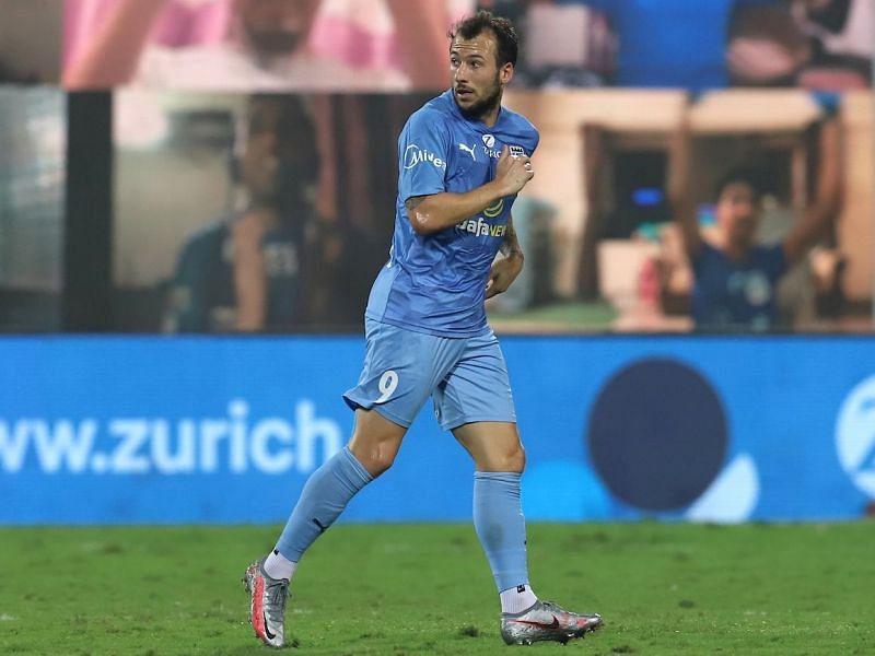 Adam le Fondre in action for Mumbai City FC in the 2020-21 season of the ISL (Image Courtesy: ISL Media)