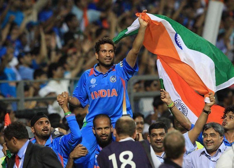 सचिन तेंदुलकर को कंधे पर उठाकर मैदान का चक्कर लगाते भारतीय खिलाड़ी