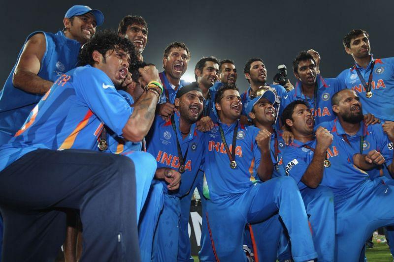 भारतीय टीम वर्ल्ड कप ट्रॉफी के साथ