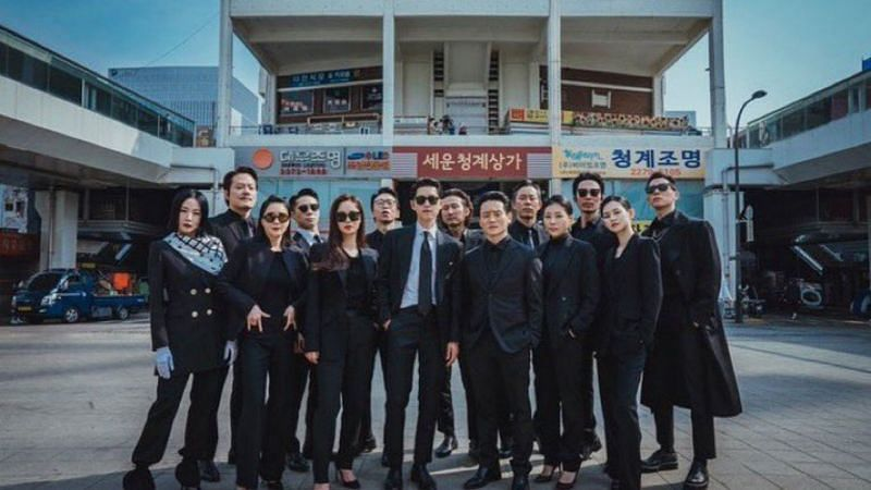 "The cast members of ""Vincezo"" bid farewell (Image via tvN/Netflix)"