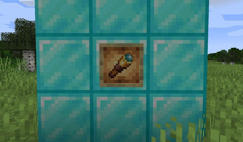 Shown: A Spyglass within a Glowing Item Frame (Image via Minecraft)