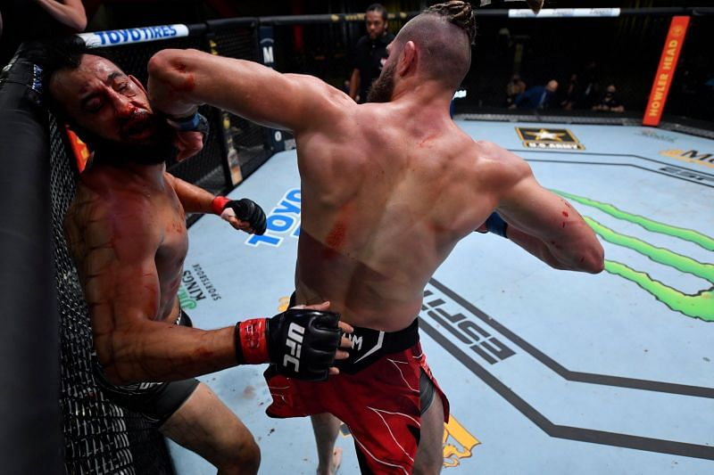 Jiri Prochazka KOs Dominick Reyes with a spinning elbow strike