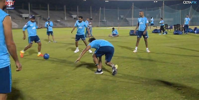 दिल्ली कैपिटल्स के खिलाड़ी रोंडो सेशन करते हुए