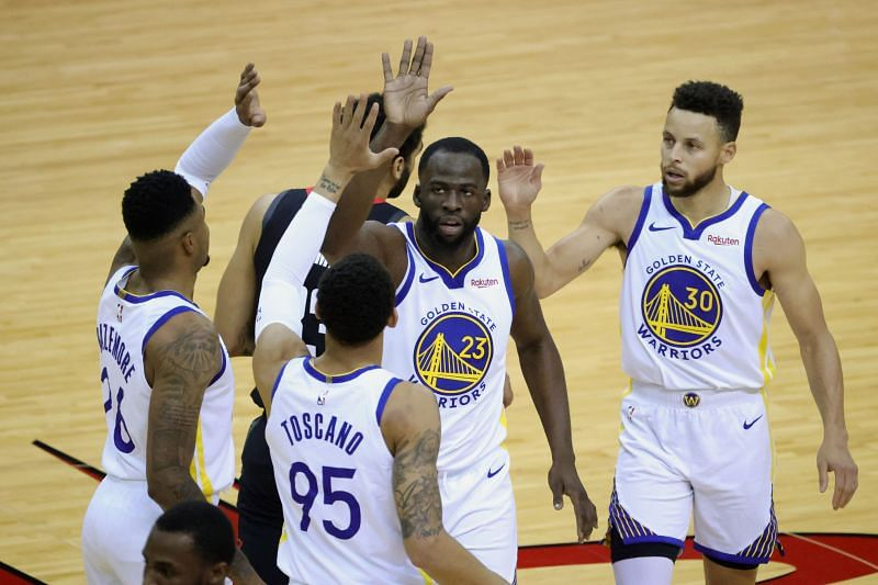 Draymond Green (#23) high fives Kent Bazemore (#26), Stephen Curry (#30) and Juan Toscano-Anderson (#95).