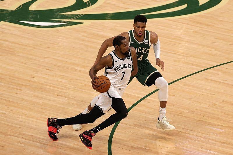 Kevin Durant dribbles past Giannis Antetokounmpo