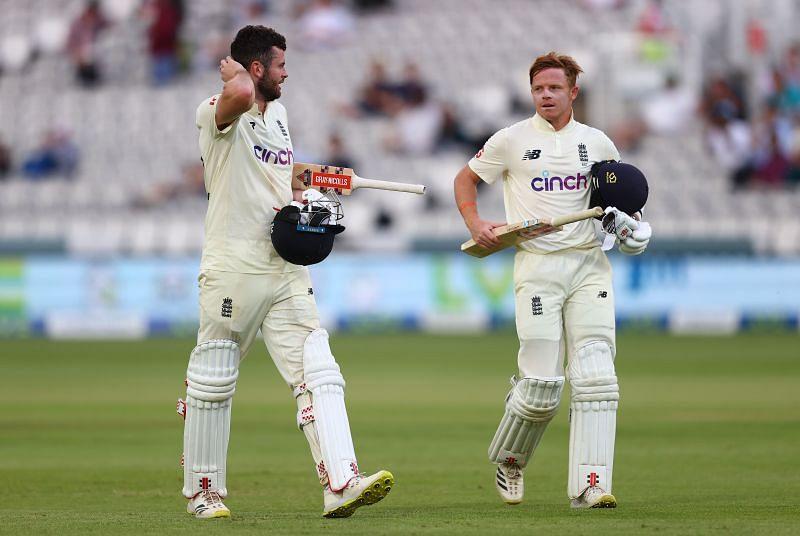 मैच खत्म होने के बाद वापस लौटते इंग्लैंड के बल्लेबाज
