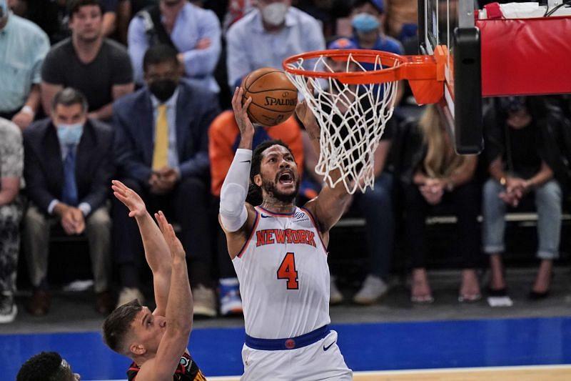 New York Knicks' Derrick Rose goes to the hoop.