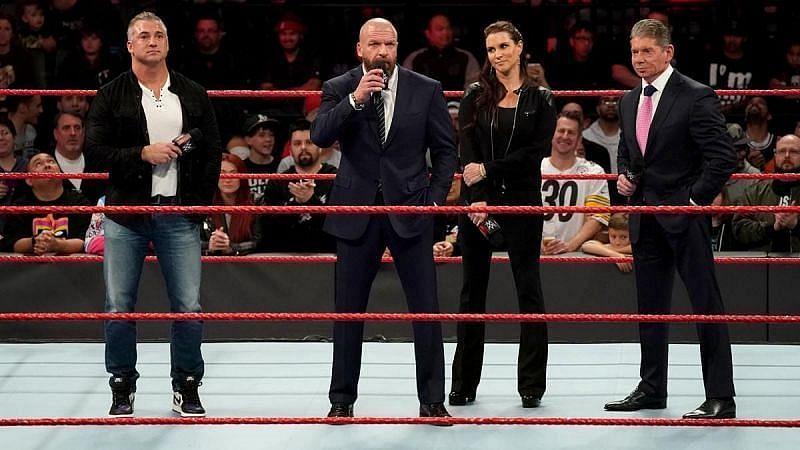 शेन मैकमैहन, ट्रिपल एच, स्टैफनी मैकमैहन और WWE चेयरमैन विंस मैकमैहन