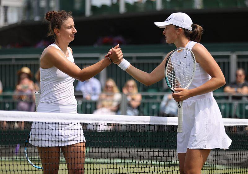 Iga Swiatek (R) shakes hands with Irina-Camelia Begu after her third-round match