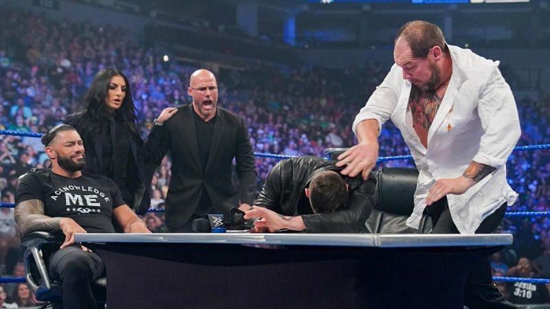 WWE SmackDown में यूनिवर्सल चैंपियनशिप कॉन्ट्रैक्ट साइनिंग के दौरान काफी बवाल हुआ