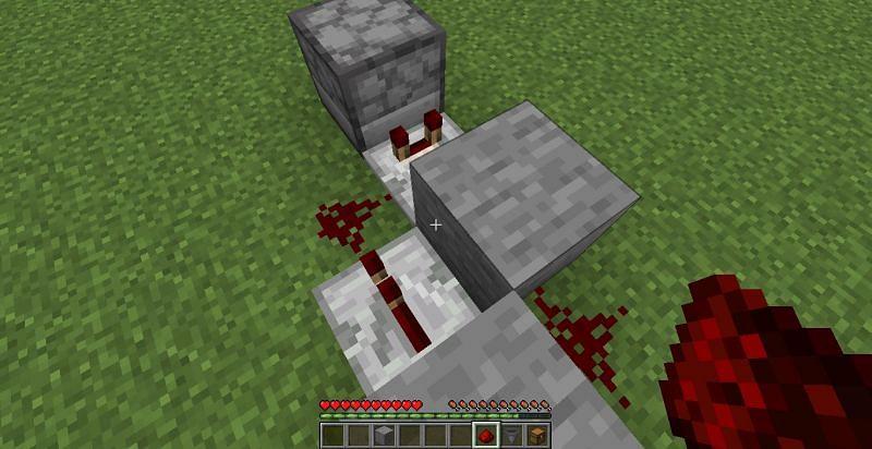 Coloque el repetidor y el polvo de redstone (Imagen a través de Minecraft)