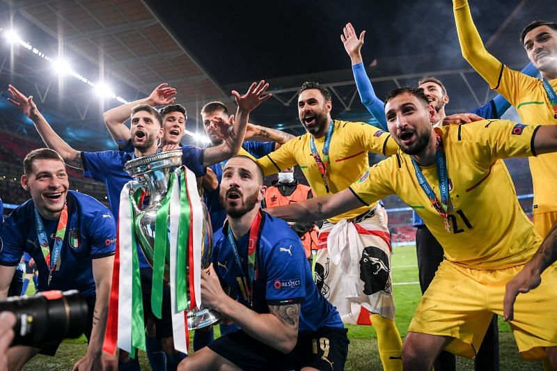 Italy players pose with their Euro 2020 title.