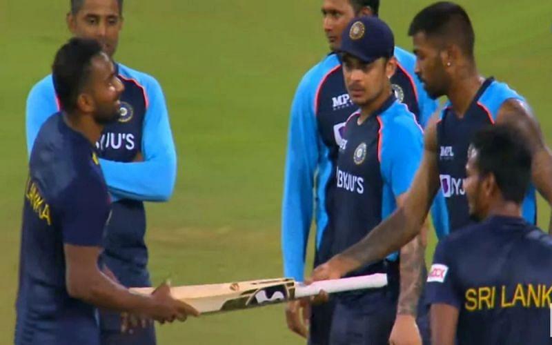 Hardik Pandya gifting a bat to Chamika Karunaratne (PC: Twitter)