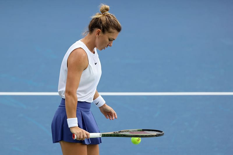 Simona Halep prepares to serve at the 2021 Western & Southern Open
