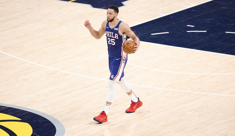 Ben Simmons prinaša žogo proti Indiana Pacersu