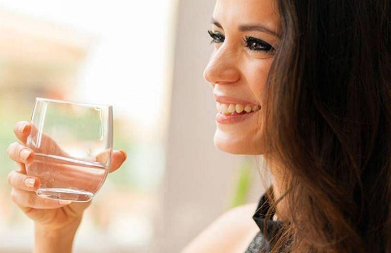 खाली पेट पानी पीना तो सब चाहते हैं और करते भी हैं लेकिन छोटी गलतियों के कारण फायदे और उससे शरीर को वो जरूरी चीजें नहीं मिल पाती हैं जिसकी पेट, शरीर और खून को जरूरत होती है। (फोटो: Jansatta)
