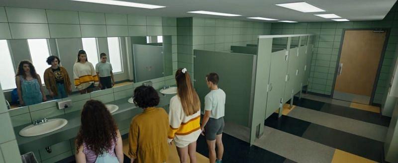 Según la película, Candyman puede ser convocado llamando su nombre cinco veces mientras se mira en el espejo (Imagen a través de Universal Pictures)