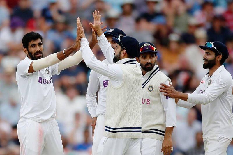 विकेट लेने के बाद साथी खिलाड़ियों के साथ जश्न मनाते हुए जसप्रीत बुमराह