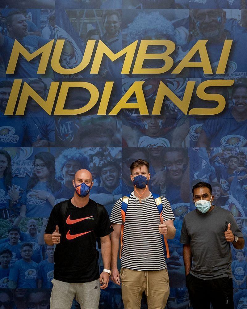अबुधाबी पहुंचे मुंबई इंडियंस के हेड कोच महेला जयवर्धने, क्रिस लिन और जिमी नीशम