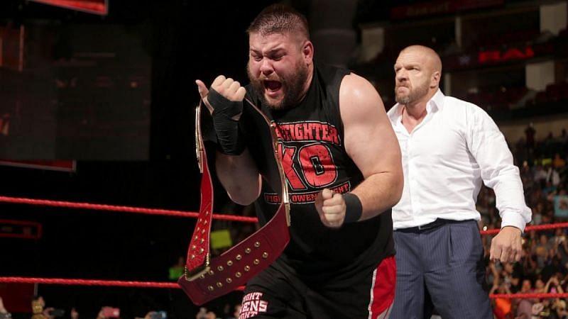 पूर्व WWE यूनिवर्सल चैंपियन केविन ओवेंस और ट्रिपल एच