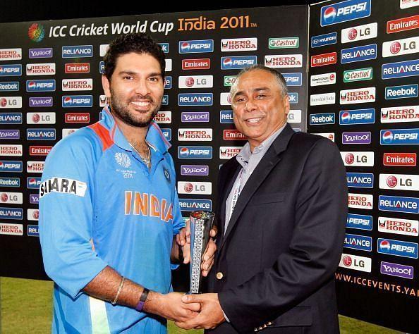 युवराज सिंह प्लेयर ऑफ़ द मैच का ख़िताब प्राप्त करते हुए