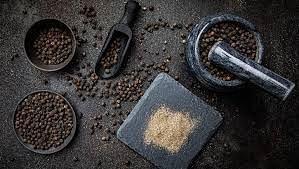 खाली पेट काली मिर्च खाने के फायदे (फोटो - healthslots)