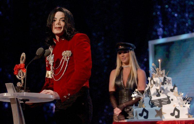 Michael Jackson at MTV VMA 2002 (Image via Getty Images)