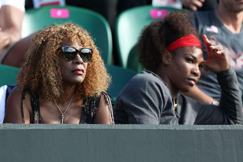 Serena Williams (R) with her mother Oracene