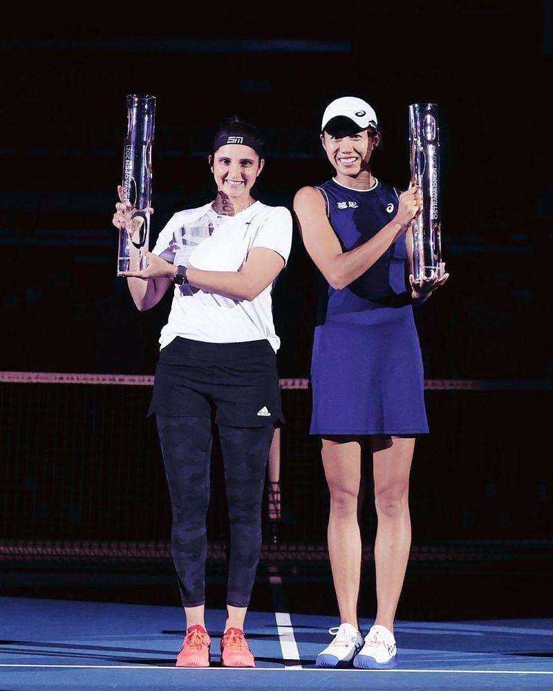 2021 के अपने पहले WTA खिताब के साथ सानिया मिर्जा।