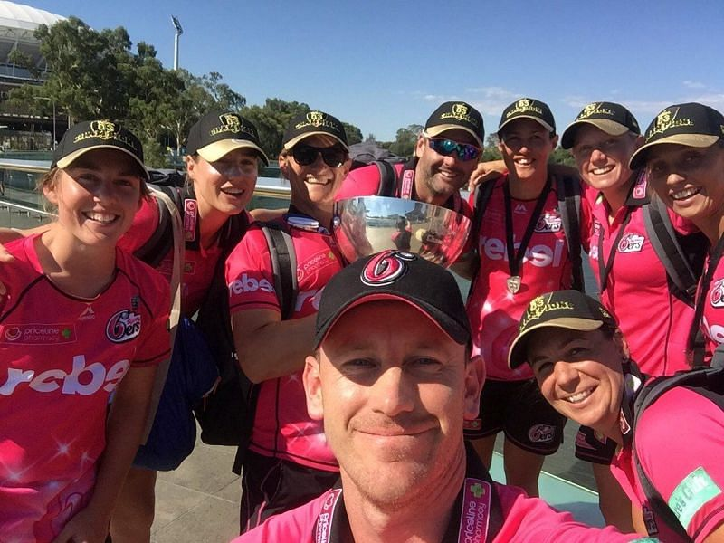 Ben Sawyer with the Sydney Sixers' players. (Credits: Twitter)
