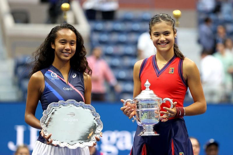 Leylah Fernandez (L) and Emma Raducanu with their 2021 US Open trophies