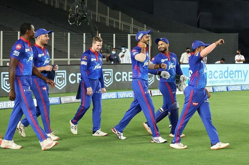 ऋषभ पंत दिल्ली कैपिटल्स के खिलाड़ियों के साथ (Photo Credit - IPLT20)