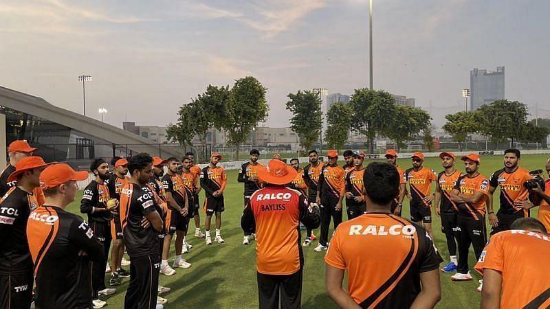 सनराइजर्स हैदराबाद के खिलाड़ी अपने कोच के साथ