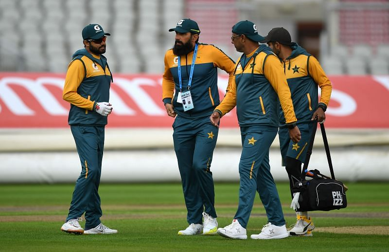 पाकिस्तान के मुख्य कोच मिस्बाह-उल-हक़ और गेंदबाजी कोच वाकर युनुस ने अपने पद अचानक से इस्तीफा दे दिया