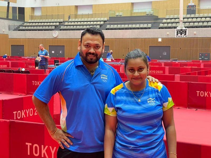 अपनी छात्रा और ओलंपियन सुतीर्था के साथ सौम्यदीप रॉय