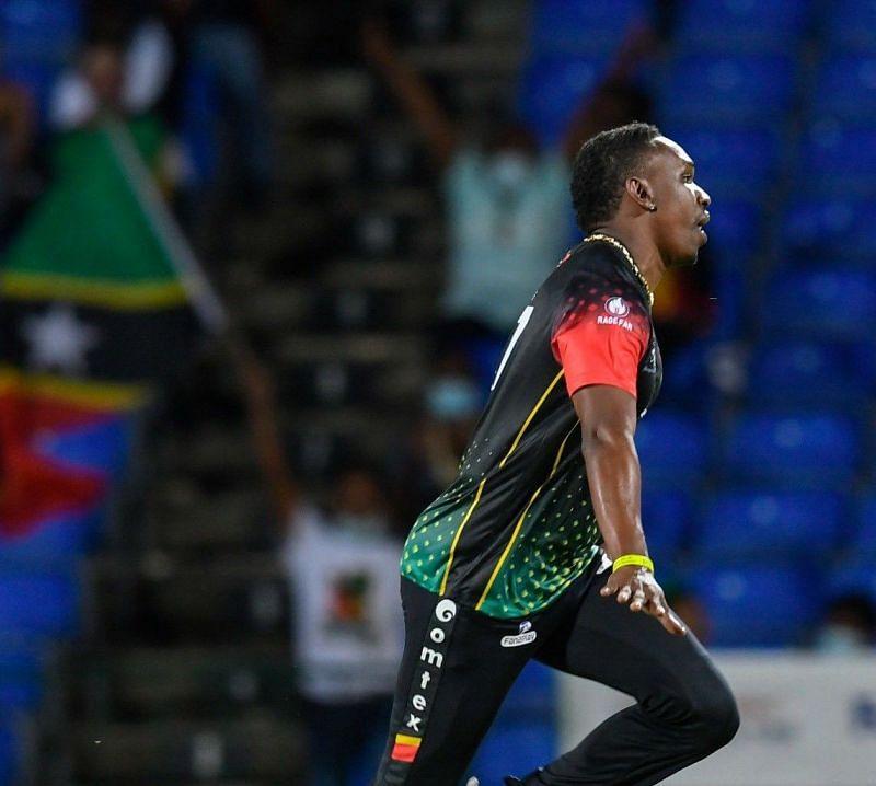 ड्वेन ब्रावो ने बेहतरीन गेंदबाजी करते हुए 3 विकेट अपने नाम किए