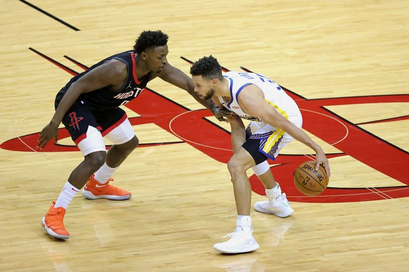 Jae'Sean Tate (left) defends Stephen Curry (right)