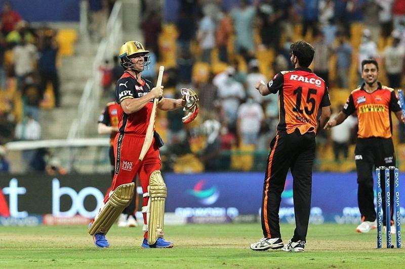 सनराइजर्स हैदराबाद के खिलाफ मुकाबले के बाद एबी डीविलियर्स (Photo Credit - IPLT20)
