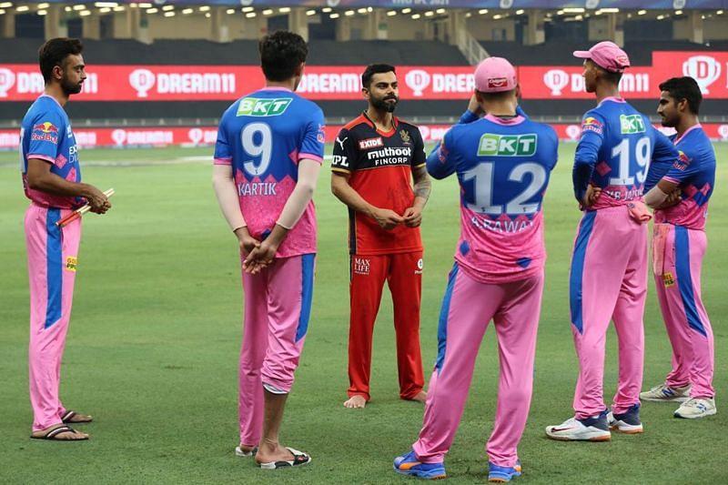 विराट कोहली मैच के बाद यशस्वी जायसवाल समेत राजस्थान रॉयल्स के अन्य खिलाड़ियों से बात करते हुए