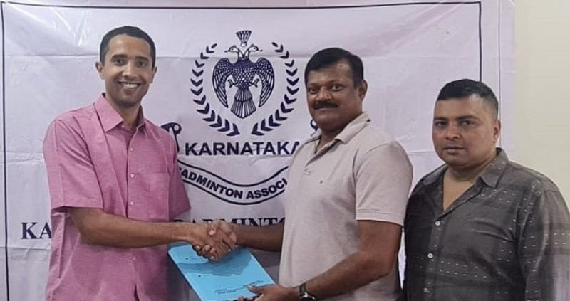 Rajesh Reddy (C), honorary secretary of KBA, shaking hands with Arvind Bhat (L) after the deal