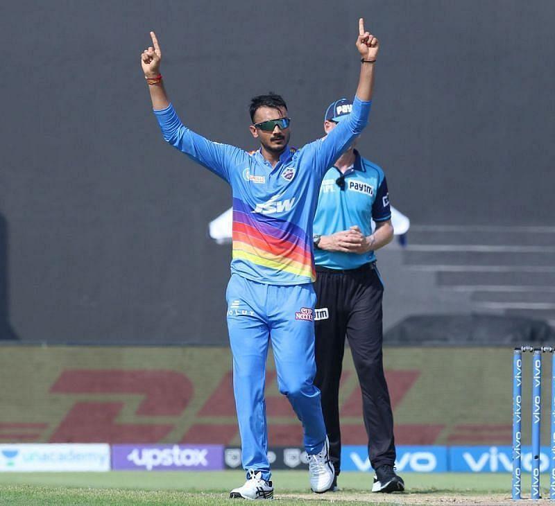 अक्षर पटेल ने मुंबई इंडियंस के तीन बल्लेबाजों को आउट किया