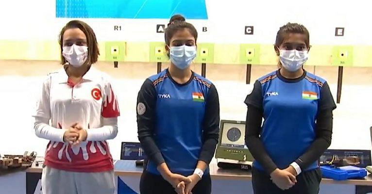 Manu Bhaker (centre) becomes Junior World Champion. (©Twitter)