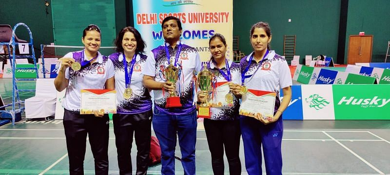 Women's singles champion Neha Pandit (2nd from L) with other RSB Mumbai women's team members