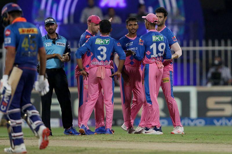 एमआई कप्तान रोहित शर्मा को आउट करने के बाद जश्न मनाते आरआर पेसर चेतन सकारिया [Credits: IPL]