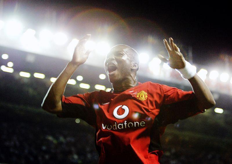 Eric Djemba Djemba of Manchester United celebrates scoring