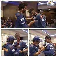 मुंबई इंडियंस के खिलाड़ियों को ड्रेसिंग रूम में सम्मानित किया गया