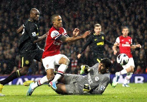 Theo Walcott (C) scores Arsenal