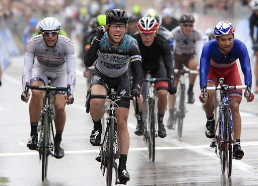Mark Cavendish (centre) wins the 12th stage of the Giro d